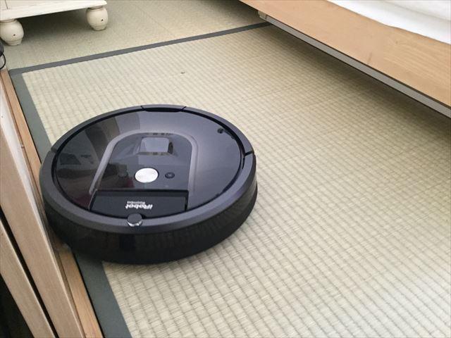 畳みを掃除中のルンバ980
