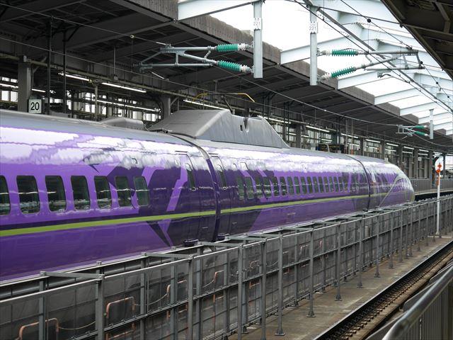 「エヴァンゲリオン新幹線(エヴァ新幹線)」新大阪駅向かいの21番ホームから撮影