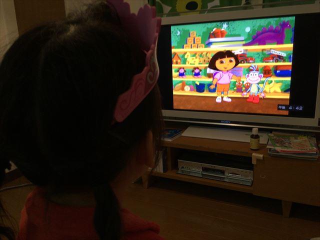 Amazonプライムビデオ・ニコロデオン制作「ドーラといっしょに大冒険」を見る娘