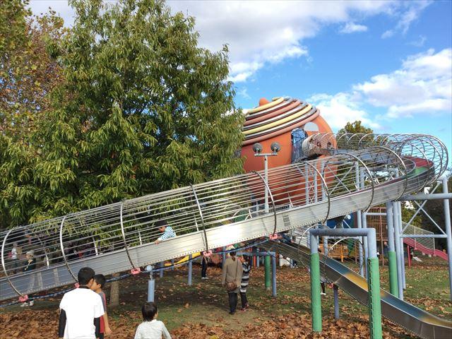 万博記念公園、子供の遊具公園「やったねの木」ロング滑り台