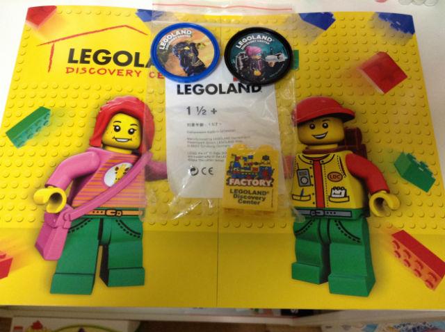 「レゴランドディスカバリーセンター大阪」の記念写真とレゴ、バッジ