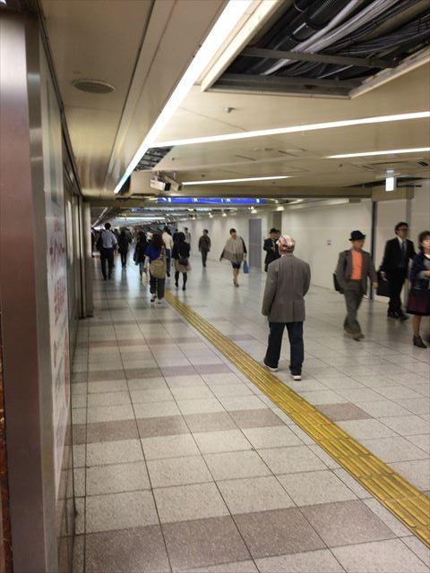 左手に阪神百貨店が見える通路
