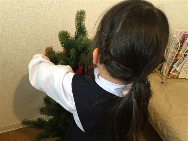 購入した「フライングタイガーコペンハーゲン」のクリスマスオーナメントを飾りつける娘