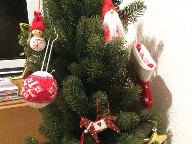 子供がツリーに飾りつけした「フライングタイガーコペンハーゲン」のクリスマスオーナメント