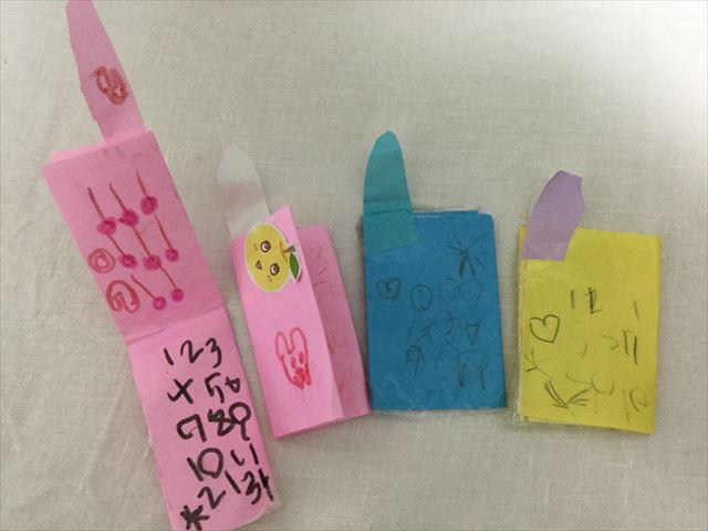 子供が折り紙で作った携帯電話