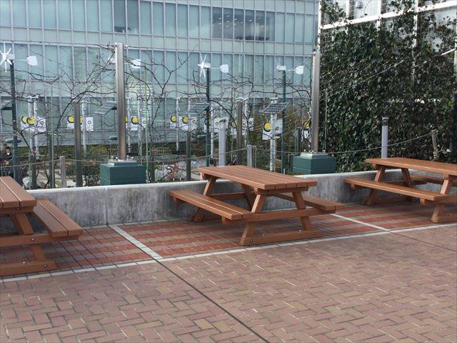 大阪ステーションシティ14階「天空の農園」机とベンチ