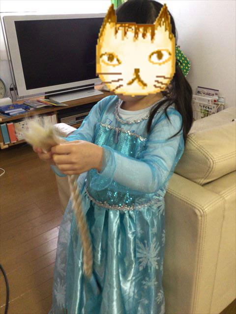 子供が「アナと雪の女王 エルサ風ドレス4点セット」のドレスを着た様子