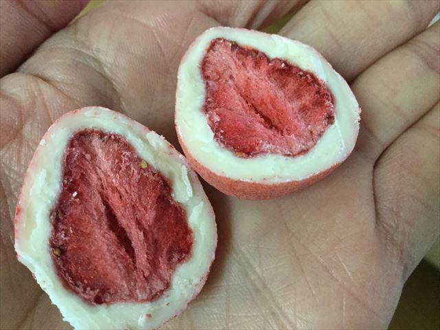神戸フランツ「神戸セレブショコラ」を半分に切ってイチゴが出てきた様子