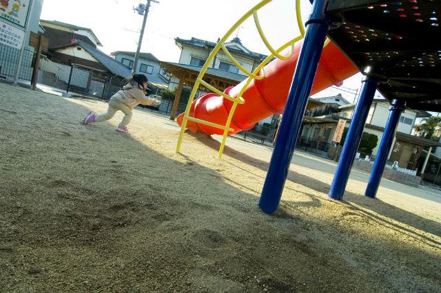 子供が公園で遊んでいる