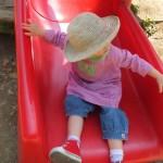 子供(幼児)が公園で遊んでいる様子