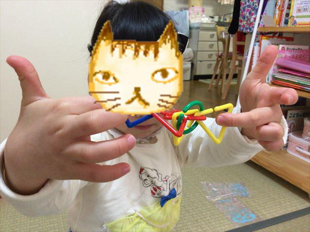 造形おもちゃ「図形チェーンセット」を子供が遊んでいる様子