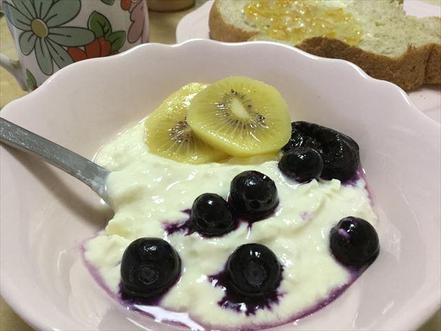 「ケフィア豆乳ヨーグルト」にフルーツをトッピング
