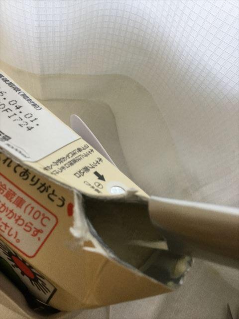 豆乳に「ケフィア豆乳ヨーグルト菌」を入れている様子