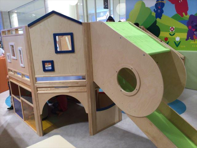 あべのキューズモール、子供の遊び場「キューズランド」滑り台の下