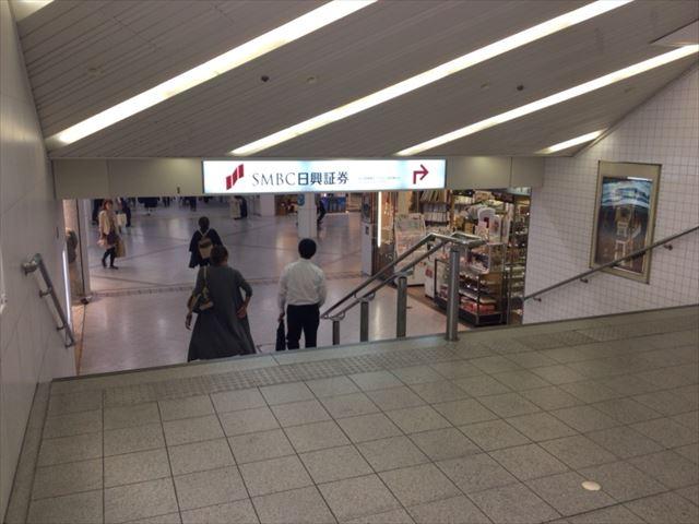 ディアモール大阪のマーケットストリートから東梅田駅へ行く階段