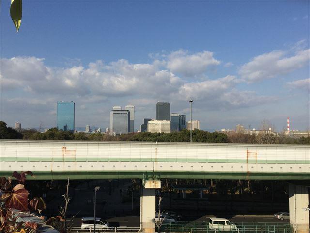 もりのみやキューズモールBASEのエアートラックから見える景色。ビジネスパーク