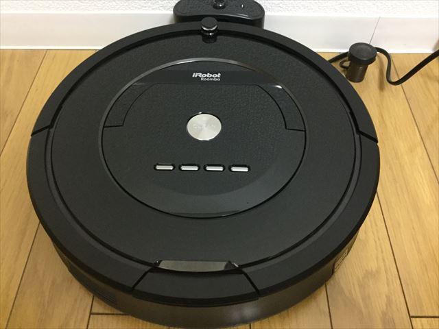 アイロボット「ルンバ885(Roomba885)」本体がホームベースにドッキングした様子