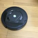 ロボット掃除機「ルンバ885」が床を掃除している様子