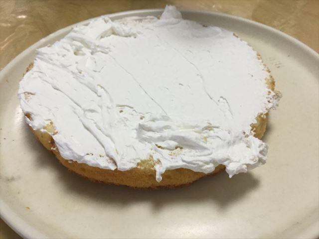 スポンジケーキ「つくってHAPPY」に「らくらくホイップ」を塗り平らにした様子