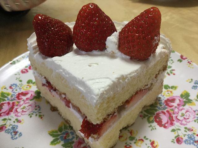 子供と作った苺ケーキを食べる量に切った様子