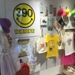 雑貨390円ショップ「サンキューマート」の入口付近の様子・ショーウインドー