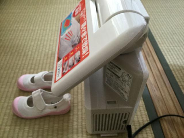 象印(ZOJIRUSHI)「RF-AB20」で上靴を乾燥してる様子