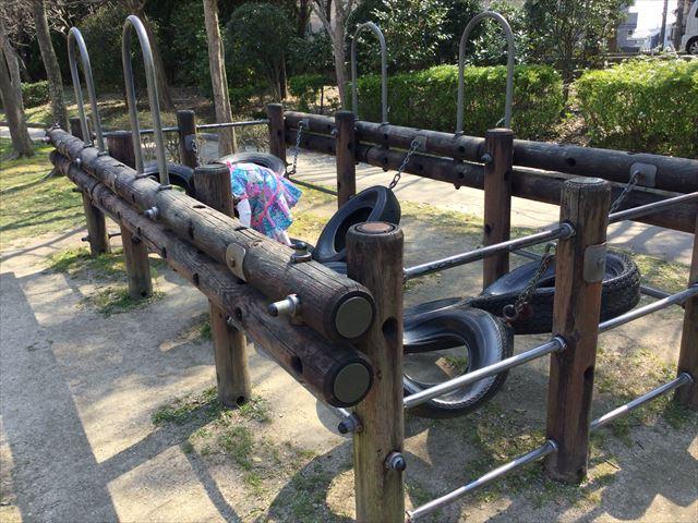 枚方市楠葉「市民の森」の遊具芝生広場、タイヤ付き遊具