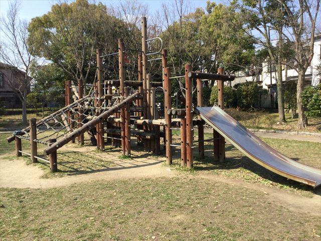 枚方市楠葉「市民の森」の遊具芝生広場、滑り台