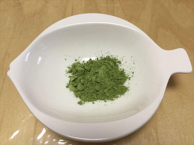 国産有機青汁「四重奏」(プロスペリティ)粉末をお皿に入れてみた