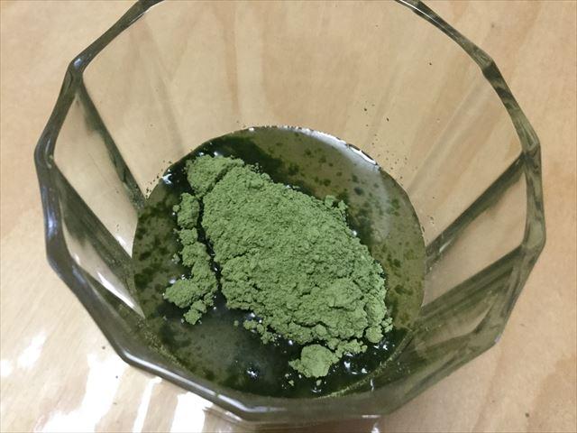 国産有機青汁「四重奏」(プロスペリティ)水に青汁を入れている様子