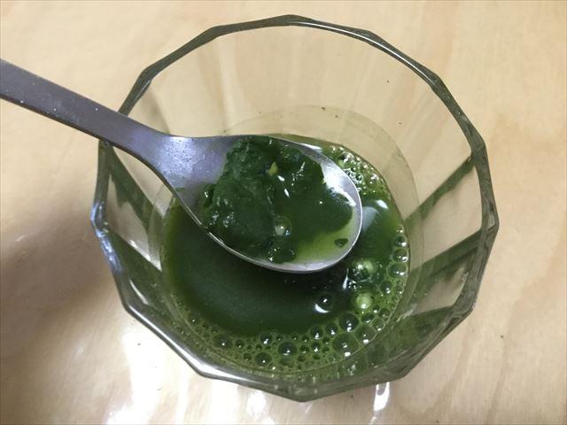 国産有機青汁「四重奏」(プロスペリティ)、水と青汁をかきまぜている様子