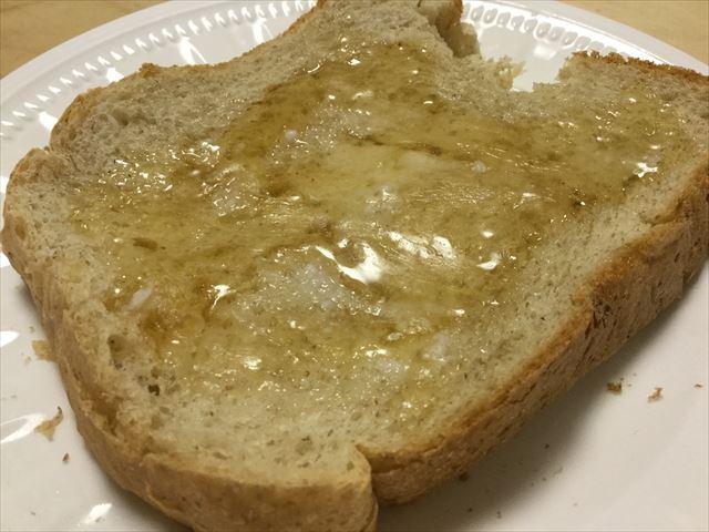 食パンにココナッツオイルと蜂蜜を付けてみた