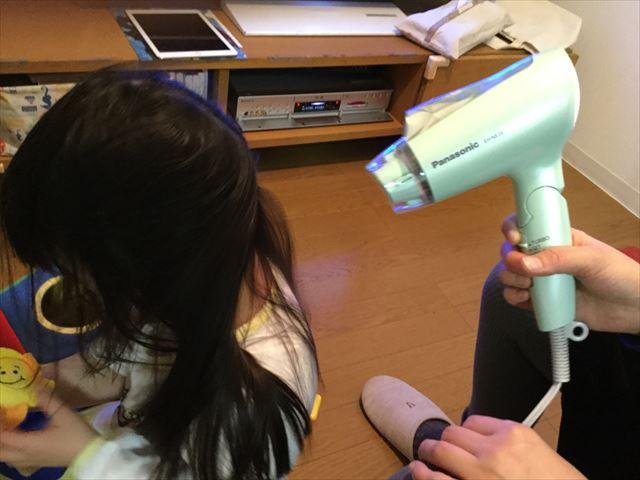 イオニティ「EH-NE26」で子供の髪の毛を乾かしている様子