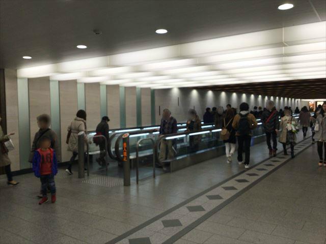 阪急電車乗り場に向かう歩く歩道
