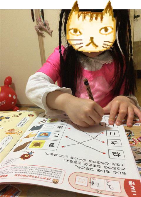幼児ポピー「ポピっこ」年中「あかどり」の教材「ドリるん」を学習する娘の様子。鉛筆をもって細かな線や文字を書く