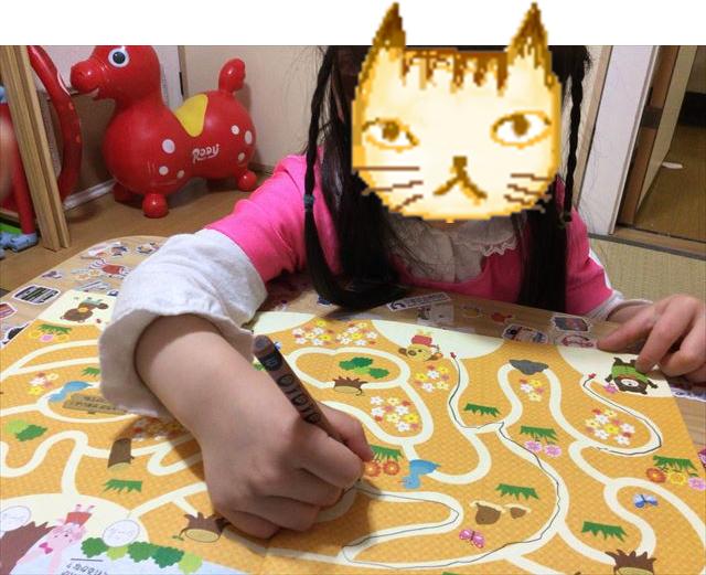 幼児ポピー「ポピっこ」年中「あかどり」の教材「ドリるん」を学習する娘の様子。細かな線を書く