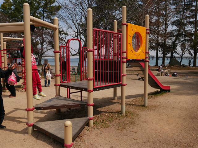 膳所城跡公園の遊具、反対側