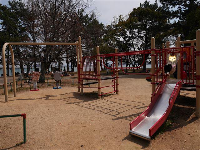 膳所城跡公園の遊具、滑り台(小)、ブランコ