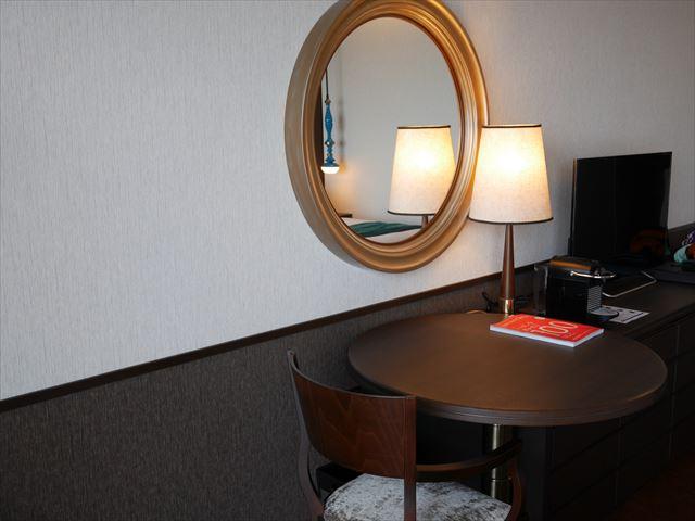 「琵琶湖ホテル」ラグジュアリーフロアアクアの部屋、テレビ・デスク