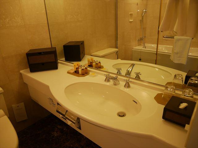 「琵琶湖ホテル」ラグジュアリーフロアアクアの部屋、バスルームとアメニティ