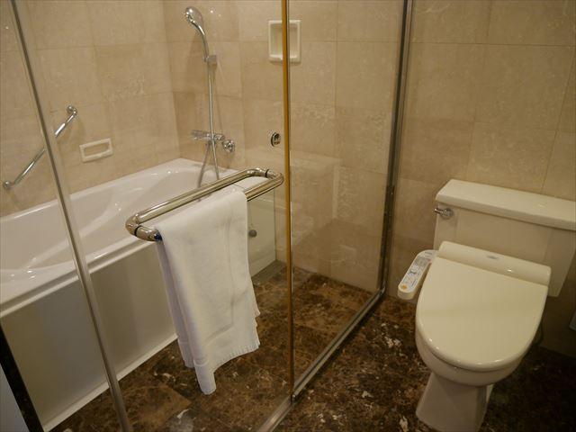 「琵琶湖ホテル」ラグジュアリーフロアアクアの部屋、バスルームとシャワールーム