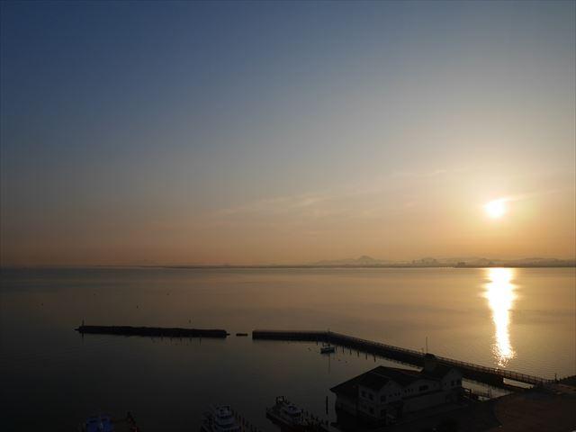 琵琶湖ホテル部屋からの眺め。朝日