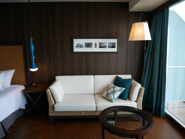 「琵琶湖ホテル」ラグジュアリーフロアアクアの部屋、ソファと窓側
