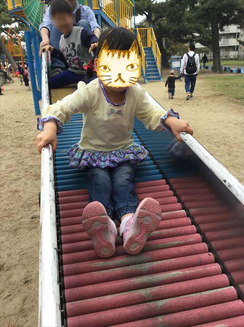 浜寺公園「北児童遊技場」巨大複合滑り台。ロング滑り台を滑る娘