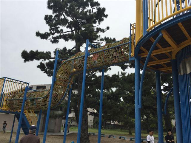 浜寺公園「北児童遊技場」巨大複合滑り台。縄をくぐる