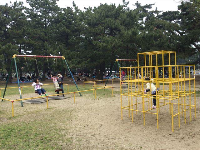 浜寺公園「中央児童遊技場」ジャングルジム、ブランコ