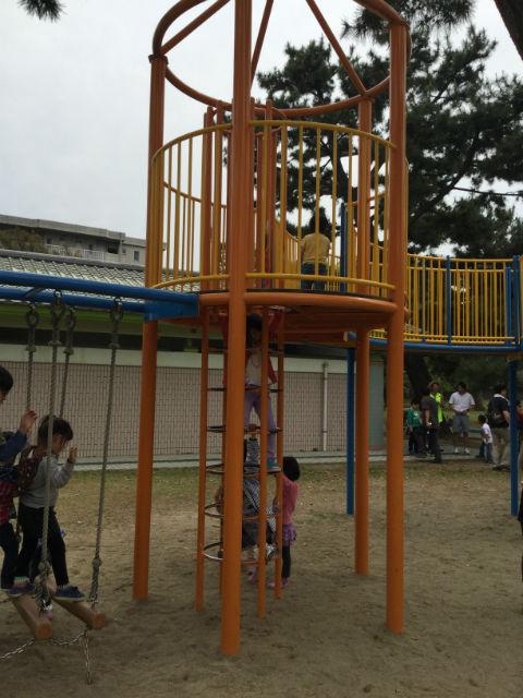 浜寺公園「北児童遊技場」巨大複合滑り台。梯子を上る