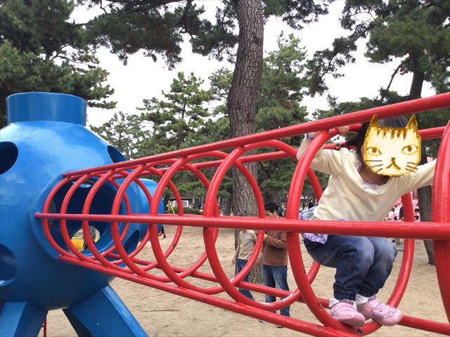 浜寺公園「南児童遊技場」輪のトンネルをくぐる娘
