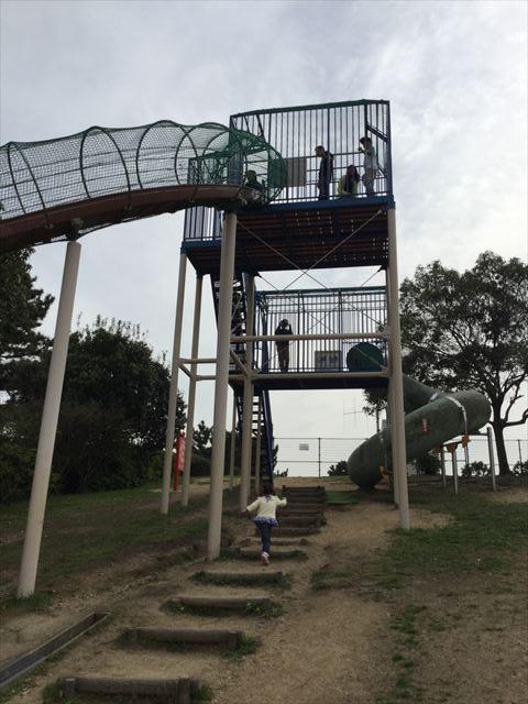 浜寺公園「高石遊技場」滑り台に向かう坂道