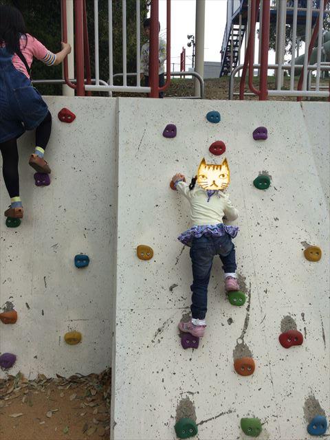 浜寺公園「高石遊技場」ボルダリング遊具を登る娘